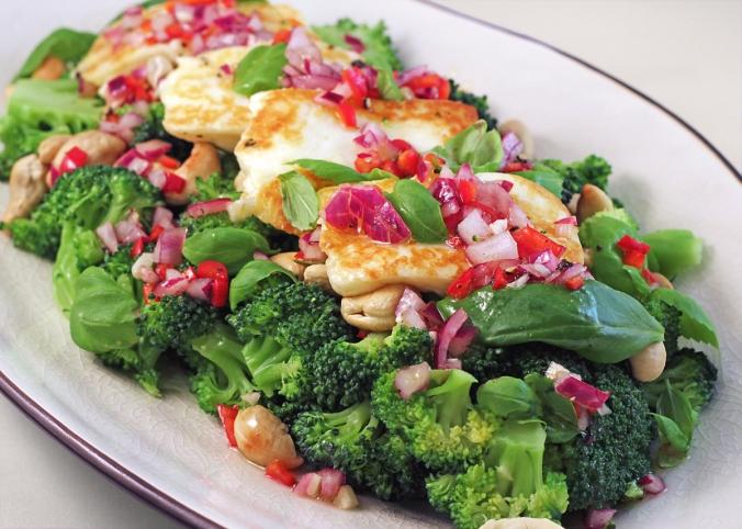 broccolisallad-med-halloumi1